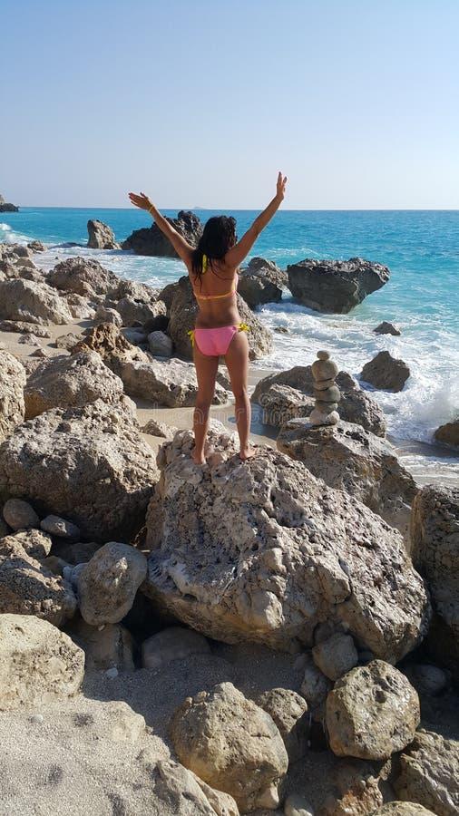 mooi meisje op het strand royalty-vrije stock afbeeldingen