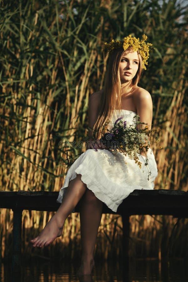 Mooi meisje op kust van meer royalty-vrije stock foto's