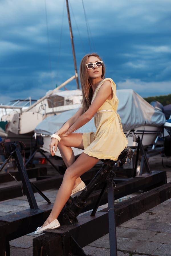 Mooi meisje op overzeese en jachtachtergrond royalty-vrije stock foto