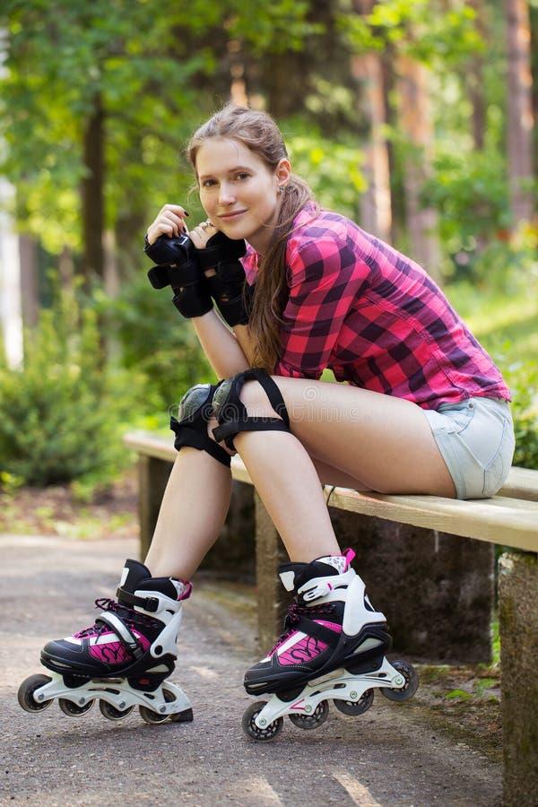 Mooi meisje op rollerblades royalty-vrije stock afbeeldingen