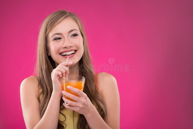 Mooi meisje op roze achtergrond royalty-vrije stock foto's