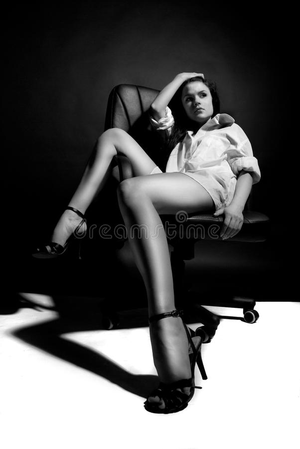 Mooi meisje op stoel stock fotografie