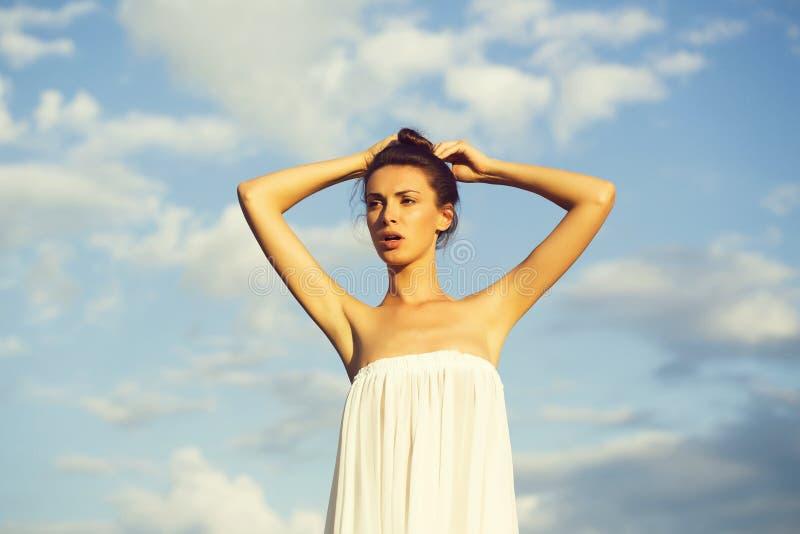Mooi meisje over blauwe hemel royalty-vrije stock foto's