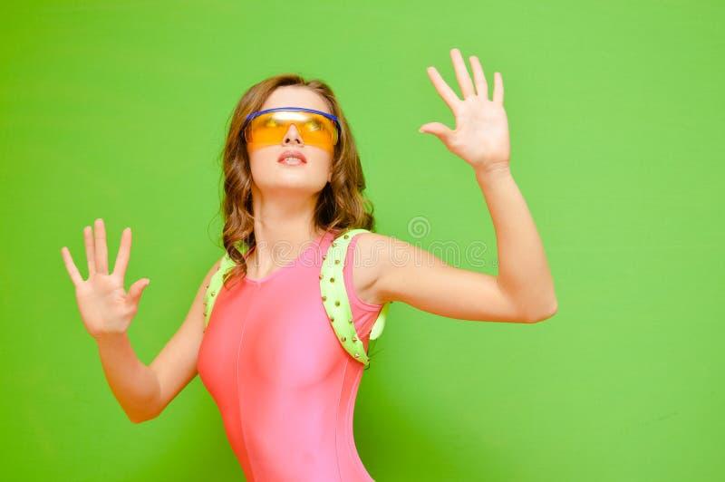 Mooi meisje over groene achtergrond royalty-vrije stock foto