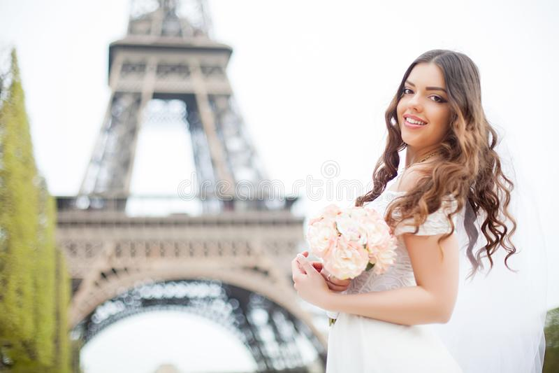 Mooi meisje in Parijs, Frankrijk royalty-vrije stock afbeelding