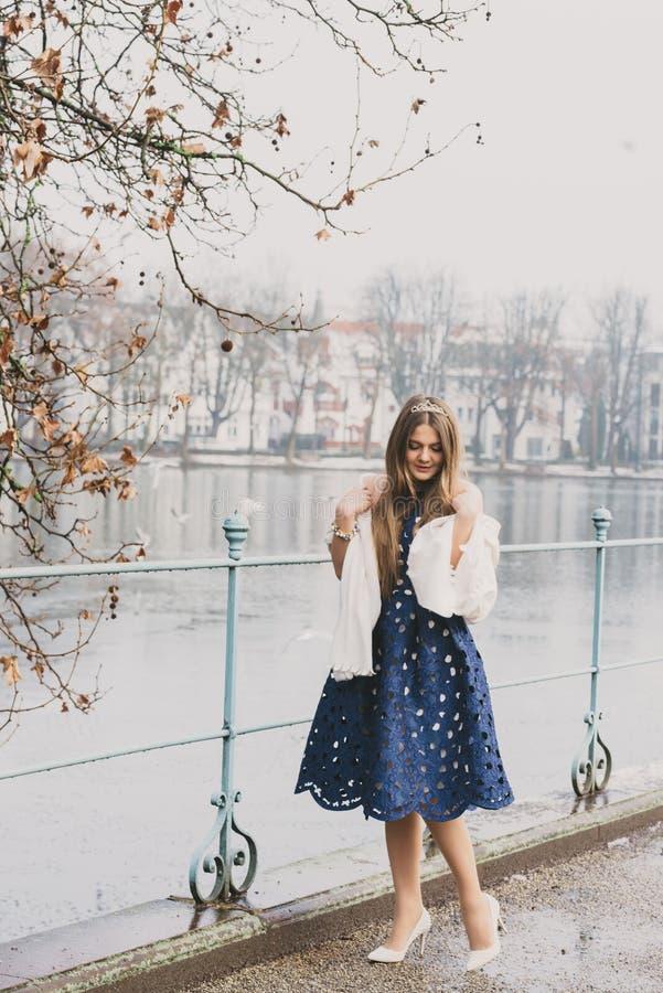 Mooi meisje in prinseskleding voor kasteel stock foto's