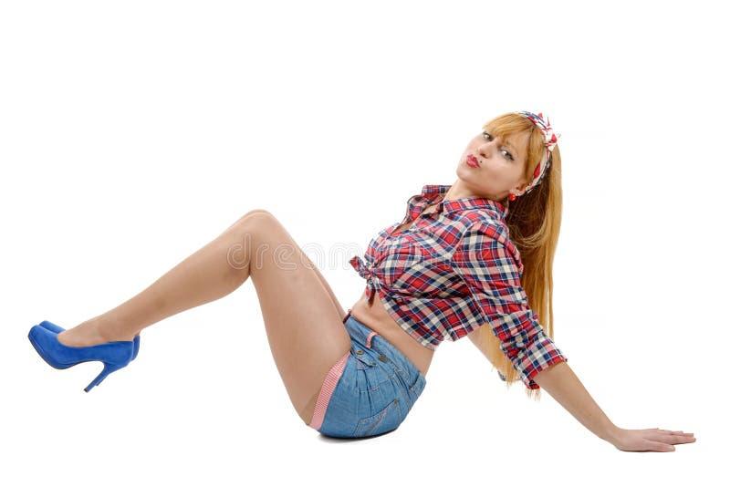 Mooi meisje in retro stijl die op de vloer liggen stock foto's