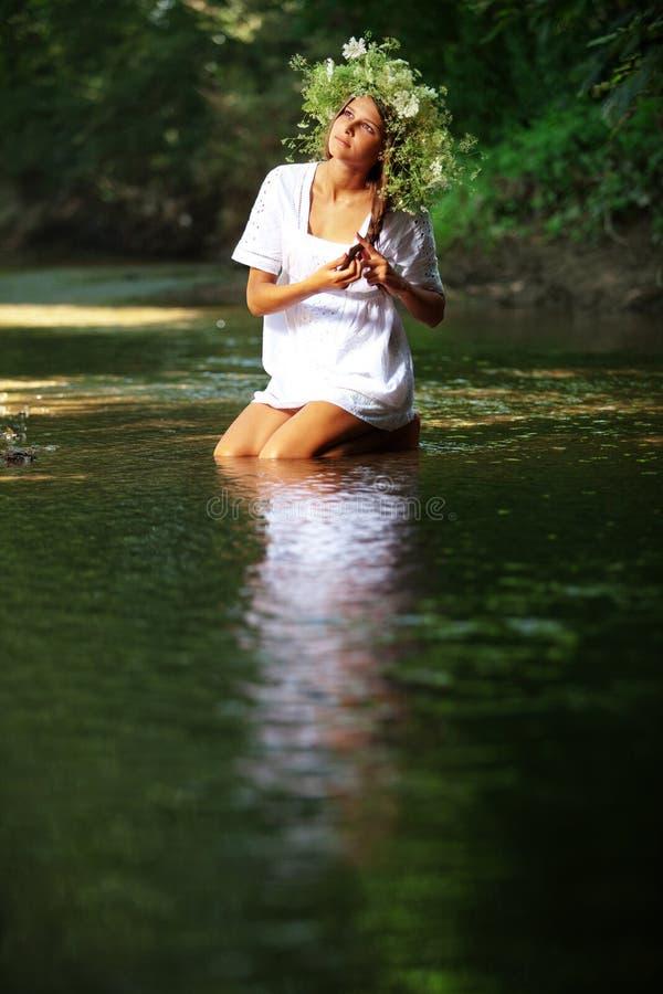 Mooi meisje in rivier stock afbeeldingen