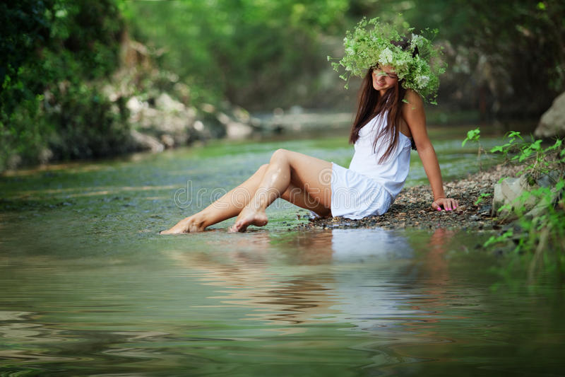 Mooi meisje in rivier stock afbeelding