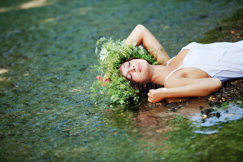 Mooi meisje in rivier royalty-vrije stock foto