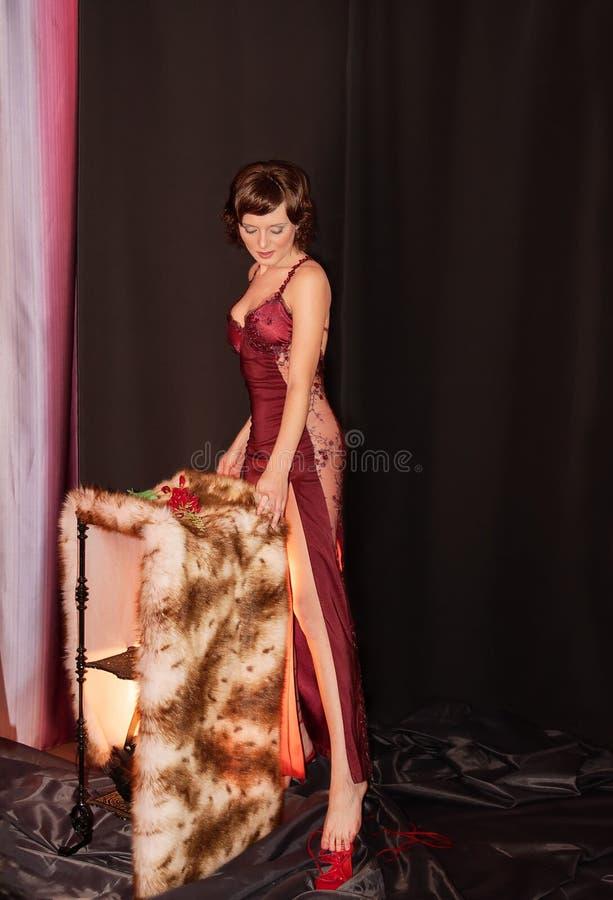 Mooi meisje in rode kleding op zwarte achtergrond stock foto