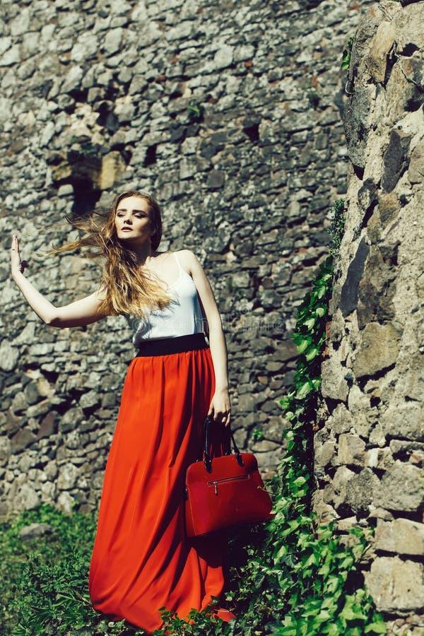 Mooi meisje in rode rok stock afbeeldingen