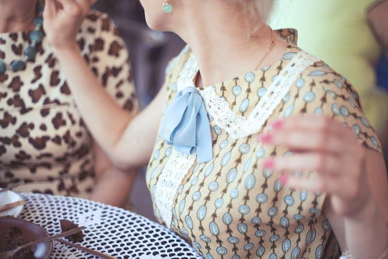 Mooi meisje in romantische kleding bij lijst in koffie stock afbeelding