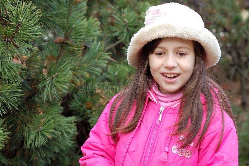 Mooi meisje in roze hoed royalty-vrije stock fotografie