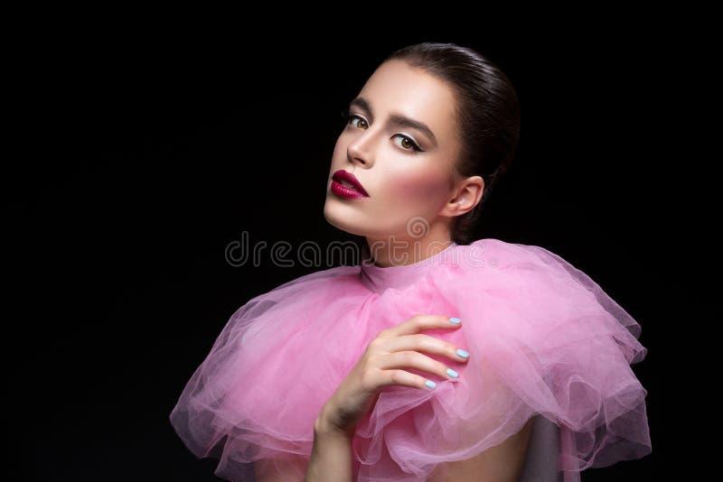 Mooi meisje in roze kantkraag royalty-vrije stock afbeeldingen