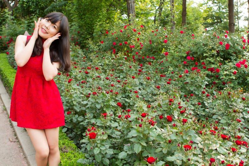 Mooi meisje in roze tuin stock afbeelding