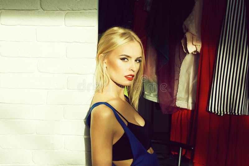 Mooi meisje in sexy meer bustier royalty-vrije stock foto's