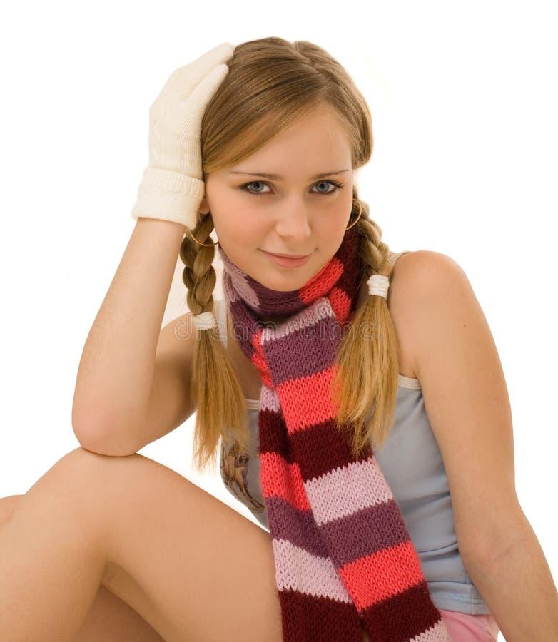 Mooi meisje in sjaal en handschoenen stock fotografie