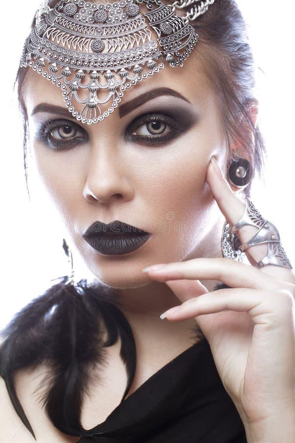 Mooi meisje in stijl van zwarte koningin Beeld voor Halloween Foto's in de studio worden geschoten die royalty-vrije stock afbeelding