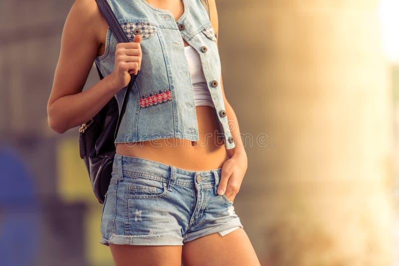 Mooi meisje in straatstijl stock foto