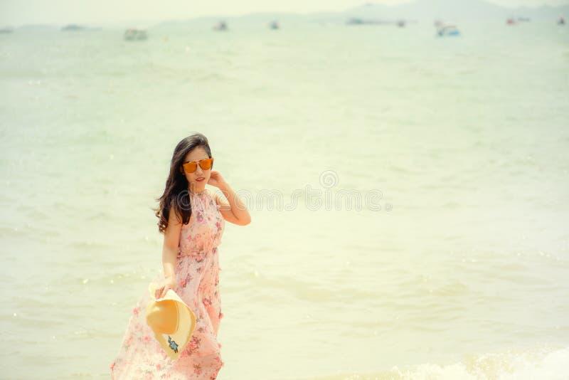 Mooi meisje in strohoed en zonnebril royalty-vrije stock fotografie