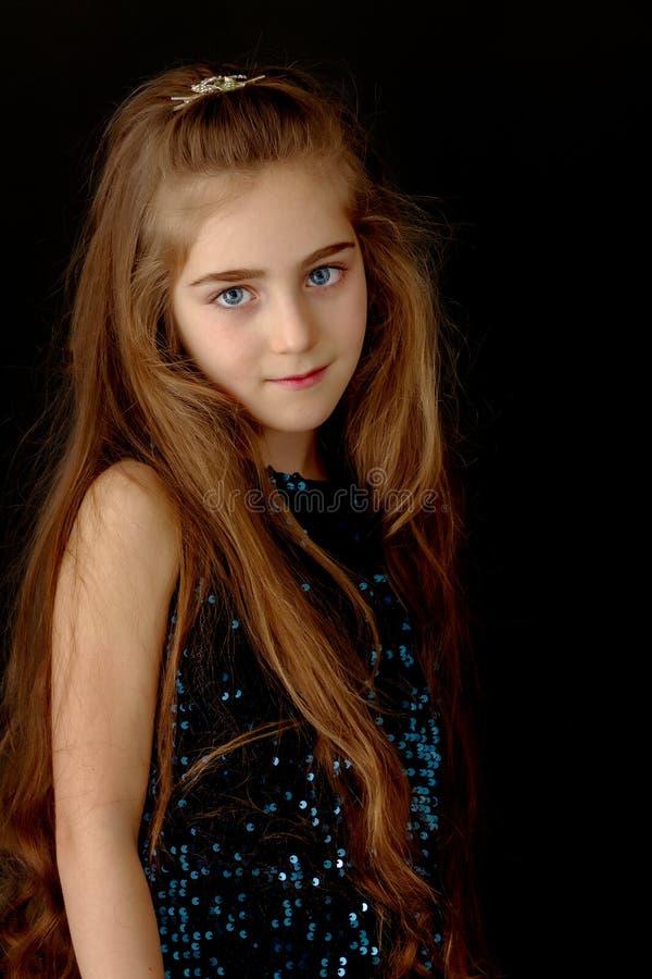 Mooi meisje, studioportret op een zwarte achtergrond royalty-vrije stock foto's