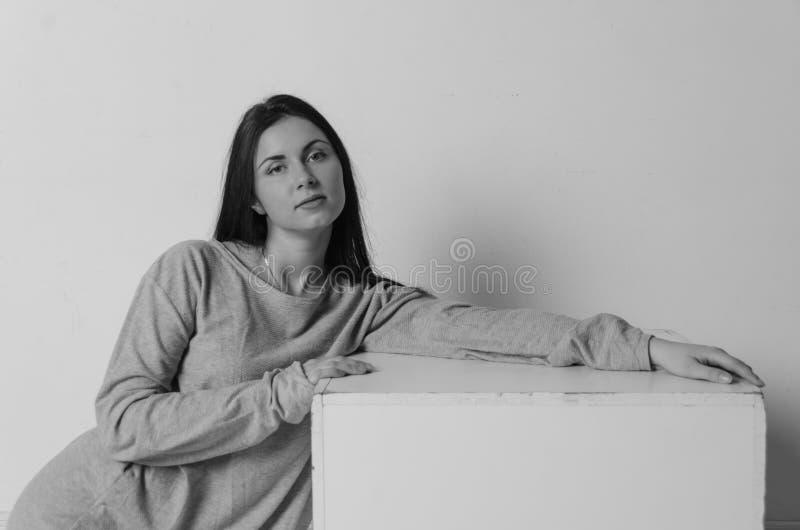 Mooi meisje in t-shirt dichtbij de kubus van een vierkant stock fotografie