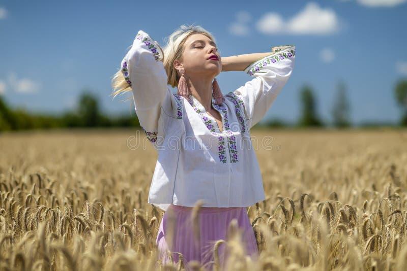 Mooi meisje in traditioneel kostuum royalty-vrije stock afbeeldingen