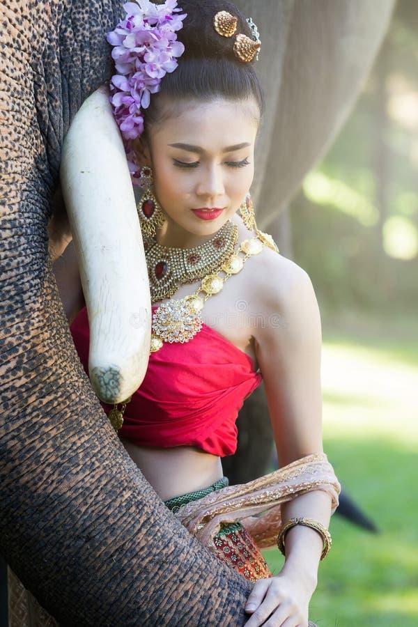 Mooi meisje in traditionele Thaise kostuums stock foto
