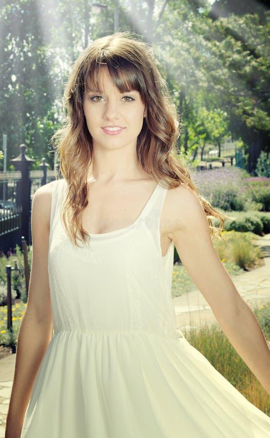 Mooi meisje in tuin stock afbeeldingen