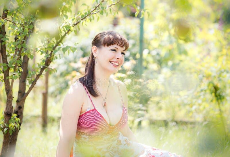Mooi meisje in tuin stock foto