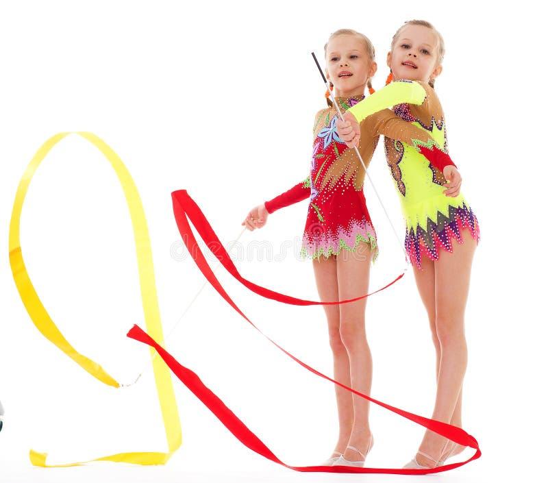 Mooi meisje twee die gymnastiek doen royalty-vrije stock foto