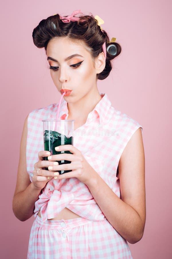 Mooi meisje in uitstekende stijl speld op vrouw met in make-up pinup meisje met manierhaar Perfecte huisvrouw retro stock afbeeldingen