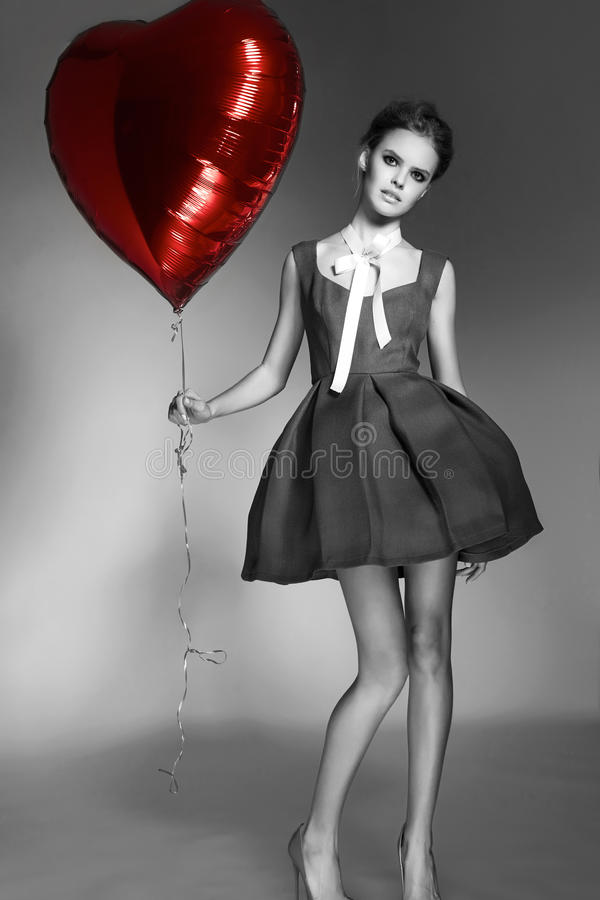 Mooi meisje in Valentine van het avondjurk baloon de dag van rood hart royalty-vrije stock fotografie