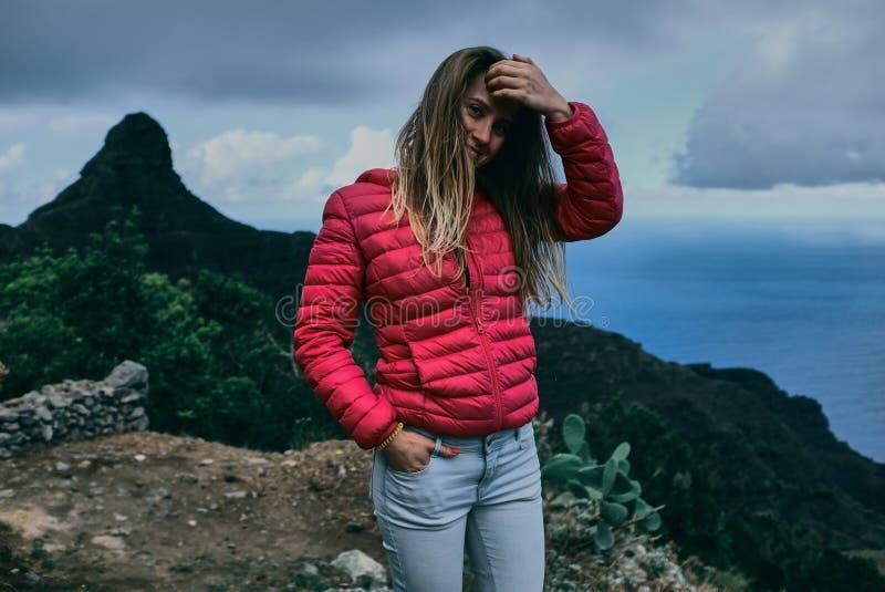 Mooi meisje van achtergrond van berglandschap royalty-vrije stock fotografie