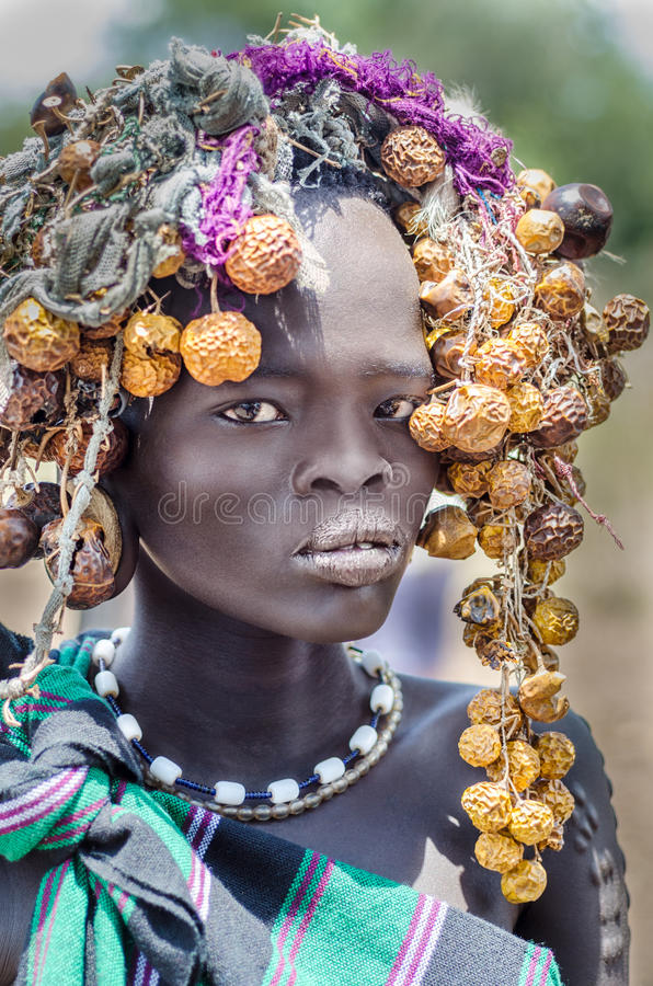 Mooi meisje van Mursi-stam, Ethiopië, Omo-Vallei stock afbeeldingen