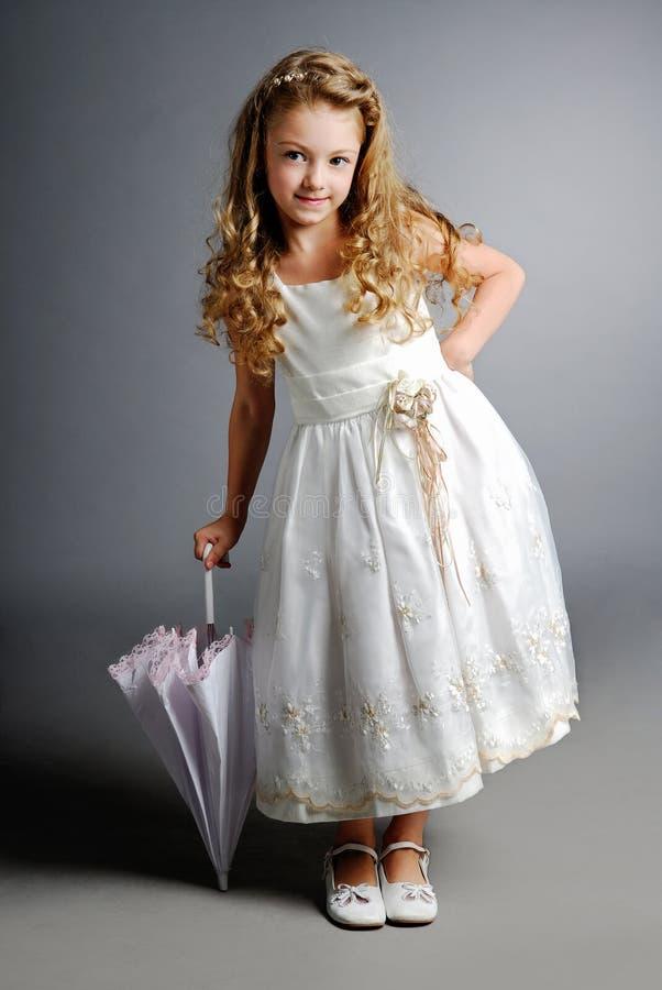 Mooi meisje in witte kleding stock afbeelding