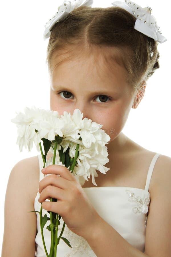 Mooi meisje in witte kleding met bloemen royalty-vrije stock afbeelding