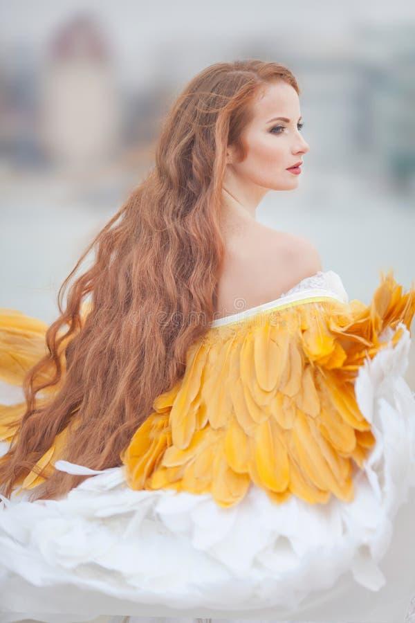 Mooi meisje zoals een zwaan op het strand royalty-vrije stock afbeeldingen