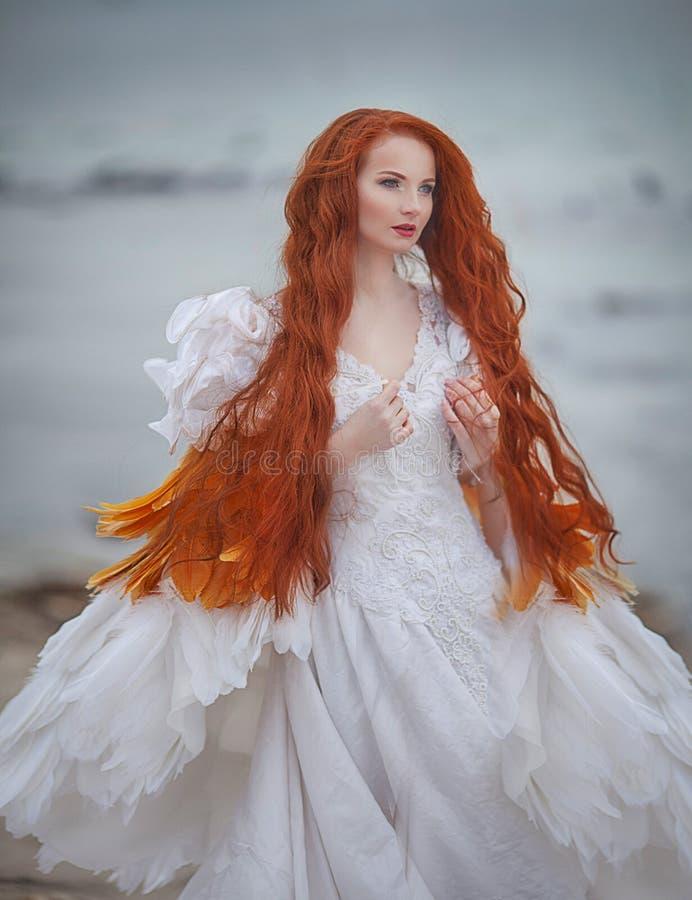 Mooi meisje zoals een zwaan op het strand royalty-vrije stock foto