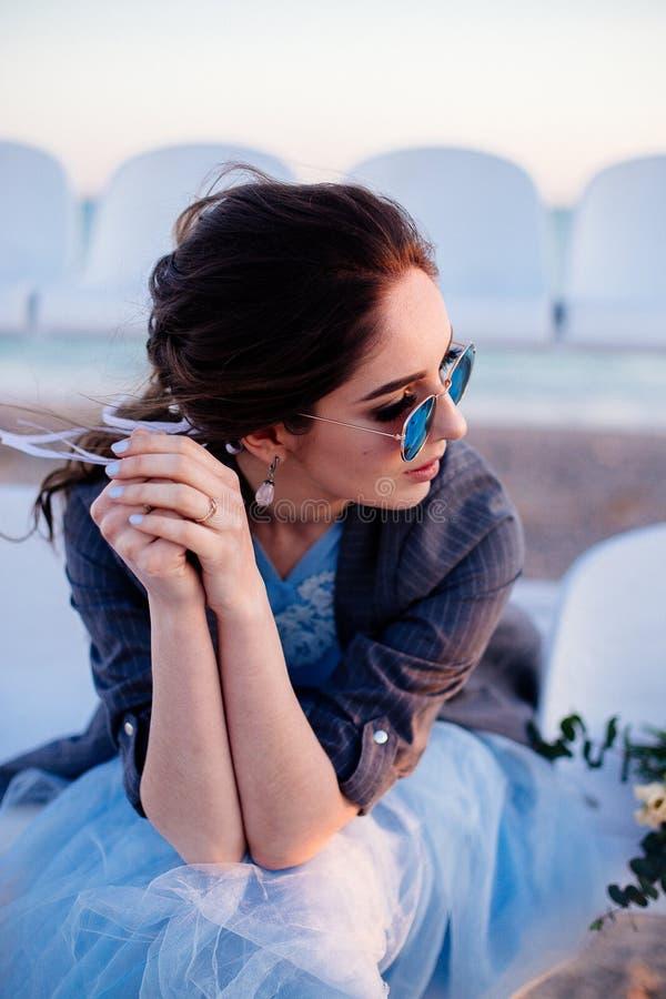 Mooi meisje in zonnebril stock fotografie