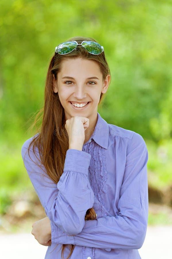 Mooi meisje in zonnebril stock afbeeldingen