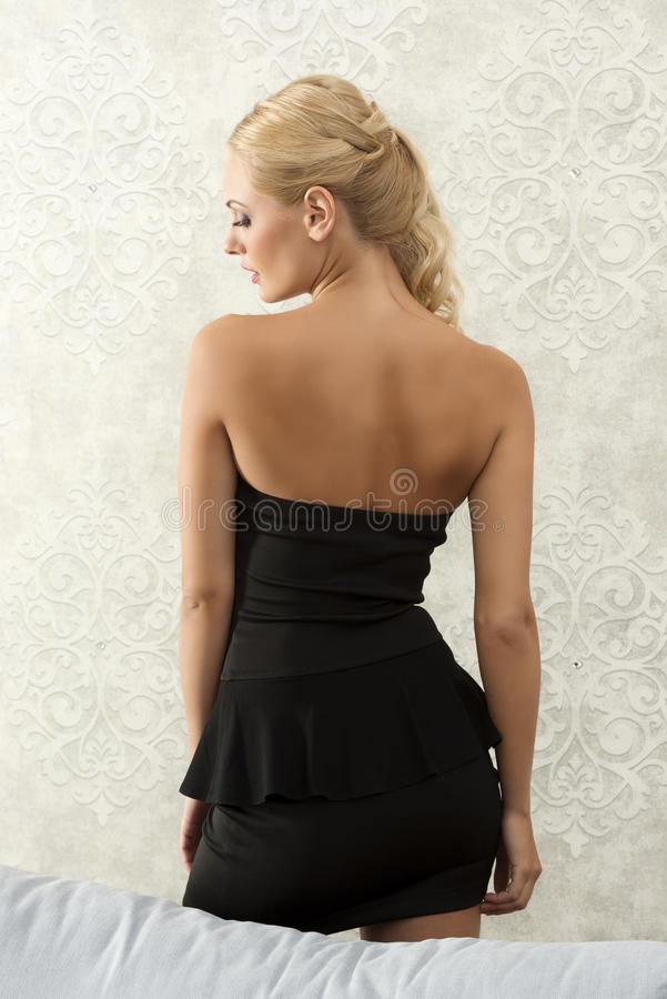 Mooi meisje in zwarte aan achterkant stock afbeelding