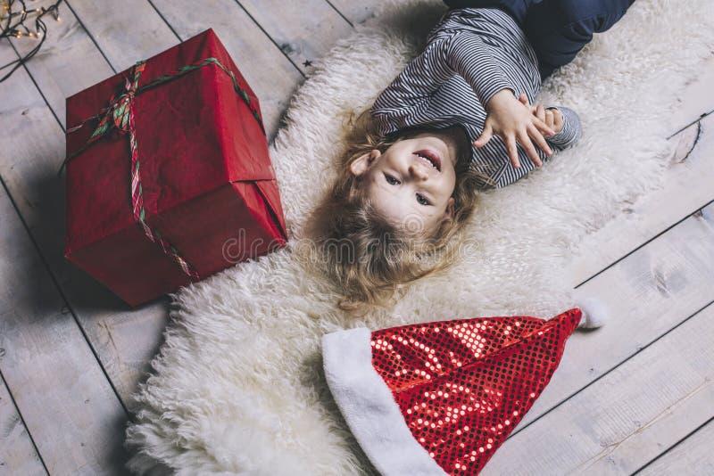 Mooi meisjekind in gelukkige Kerstmis met giften royalty-vrije stock fotografie
