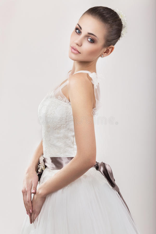 Mooi meisjesmodel in de vorm van een bruid in haar huwelijkskleding Het Gezicht van de schoonheid stock fotografie