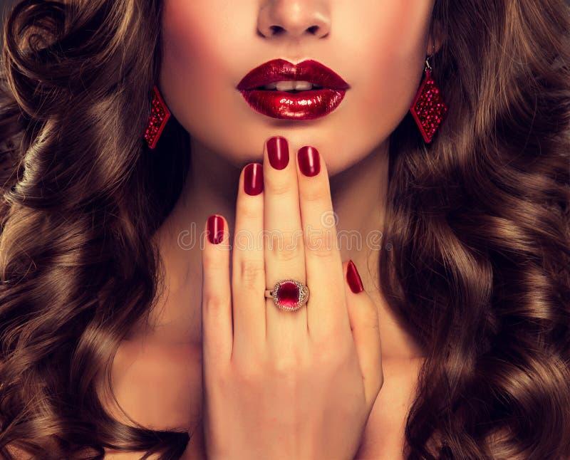 Mooi meisjesmodel met lang bruin gekruld haar royalty-vrije stock foto