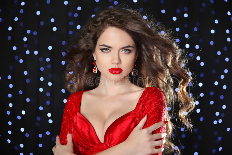 Mooi meisjesmodel met lang bruin gekruld haar en hete lippen wij royalty-vrije stock afbeeldingen