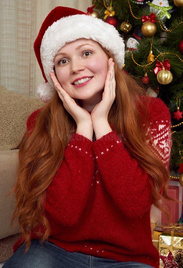 Mooi meisjesportret in Kerstmisdecoratie Huisbinnenland, spar en giften Het nieuwe jaarvooravond en concept van de de wintervakan stock afbeelding