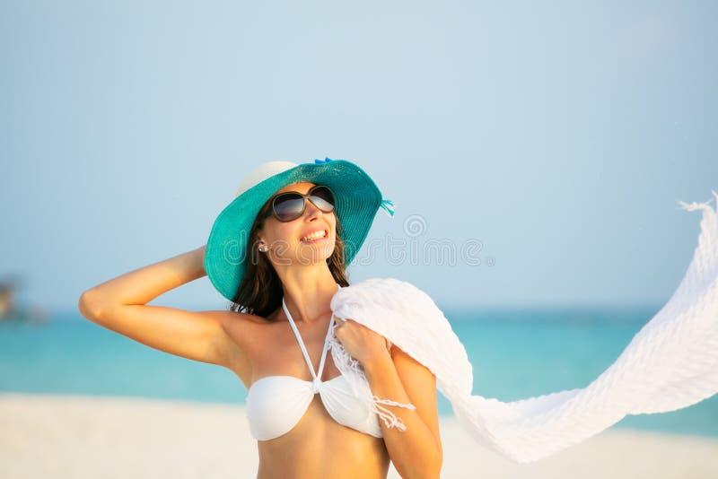 Mooi meisjesportret op tropisch strand stock fotografie
