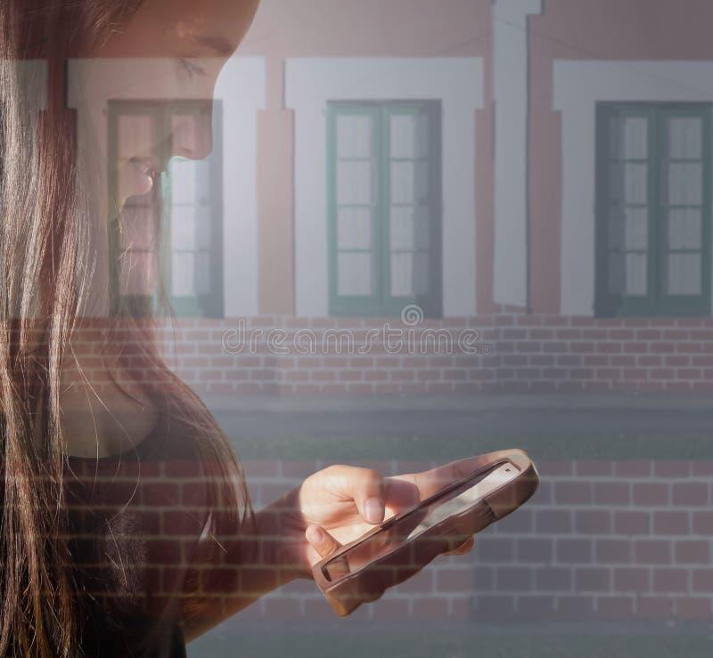 Mooi meisjesprofiel die Zijn het mobiele veronderstellen bekijken royalty-vrije stock foto